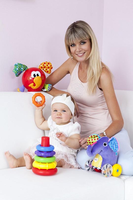 Iveta s Anetkou nafotily snímky s hračkami.