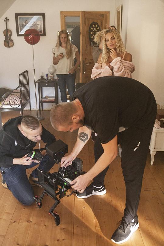 Režisérem klipu byl Adam Pavelka.
