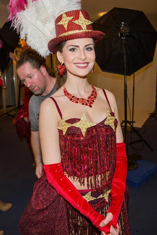V kabaretním kostýmu vypadala skvěle i Betka Bartošová.