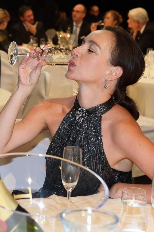 Ale šampaňskému neodolala.