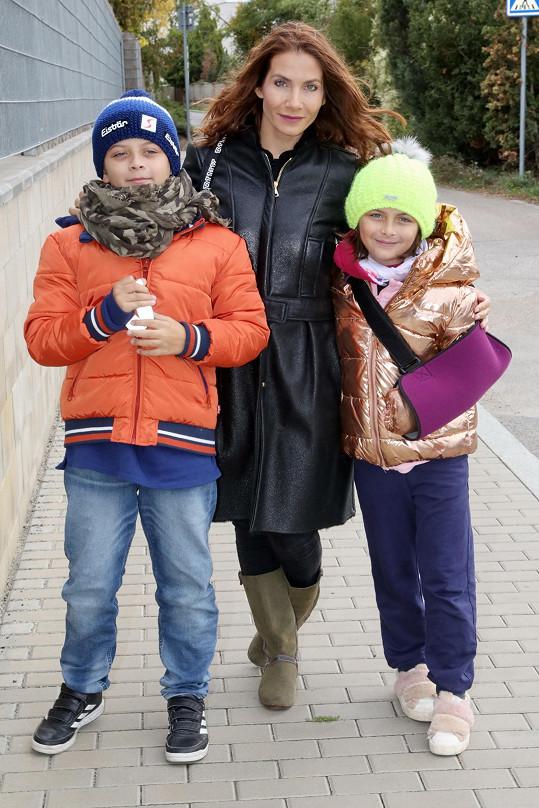 Eva Decastelo s dětmi přicházejí na akci.