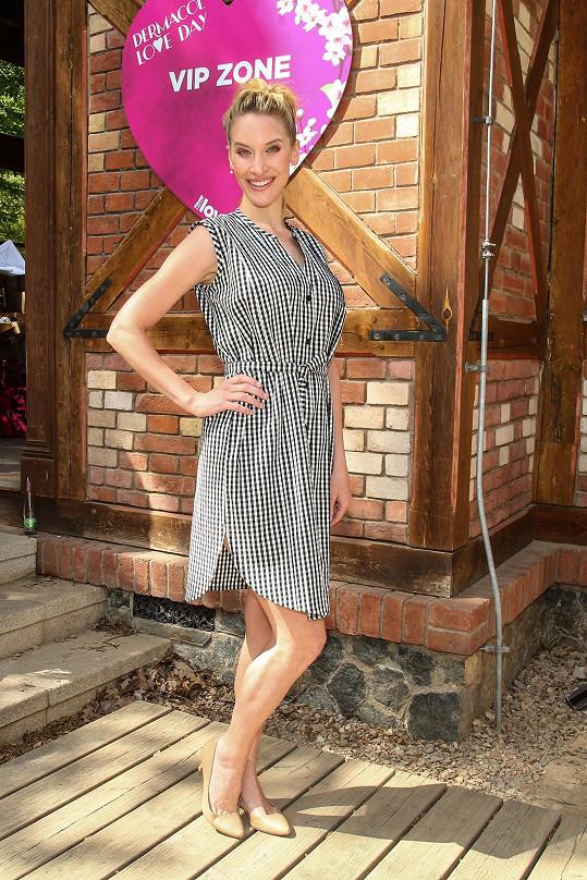 Manželka Renče šla čtyři měsíce po porodu módní přehlídku.