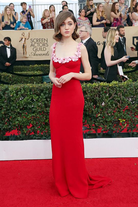 Natalia Dyer,spoludržitelka cenyza nejlepší výkon v dramatickém seriáluzaStranger Things,oblékla dlouhé červené šatyMiu Miuzhedvábného sablé zdobené výšivkami skvětinovými motivy vkontrastní barvě ve výstřihu.