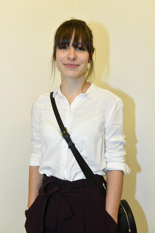 Herečka dorazila na tiskovou konferenci k seriálu Zkáza Dejvického divadla s novým účesem.
