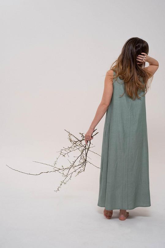 Šaty jsou vyrobené ze šesti metrů látky.