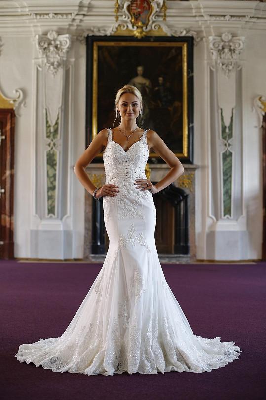 Svatební šaty byly ozdobeny diamanty.