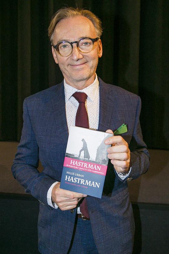 Ondřej Havelka s knihou Hastrman, podle níž byl vytvořen scénář k filmu.