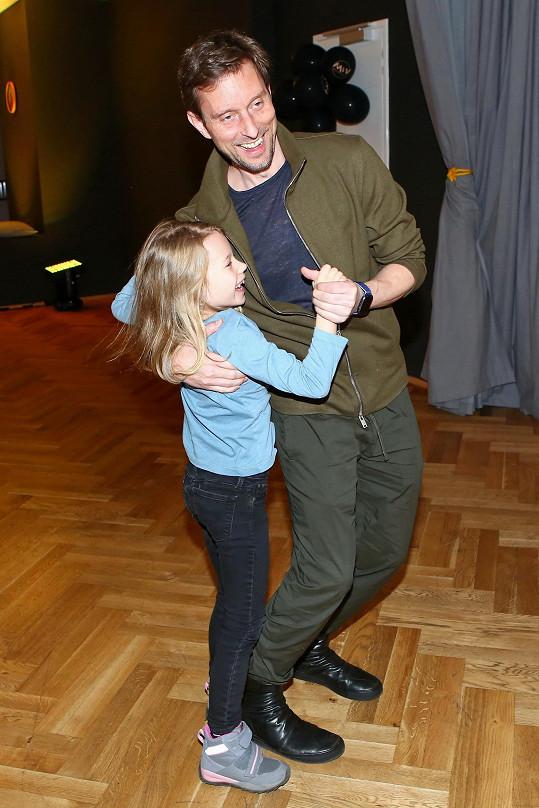 Vašek učí tancovat i malou Jasmínku.