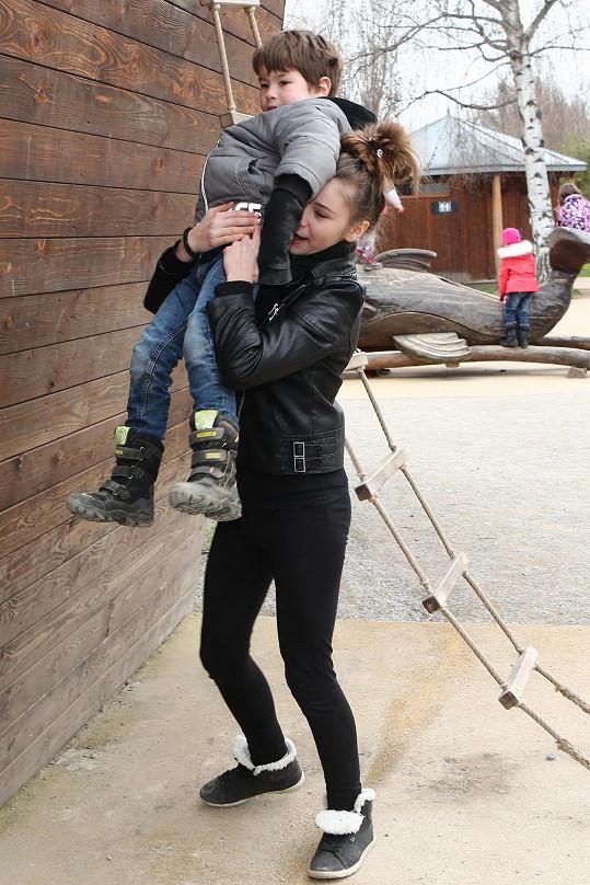 Děti se v zoo vyřádily.