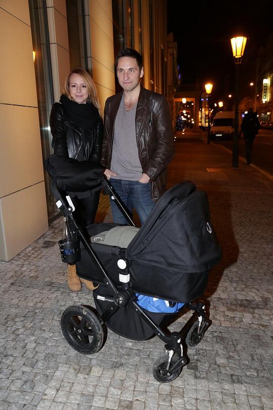 S přítelkyní a synem pózoval před fotografy.