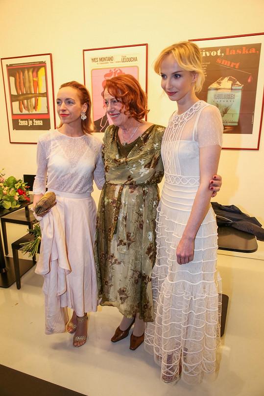 Táňa a Jana Plodková oblékly modely ve stejné barvě. Janin byl decentnější.