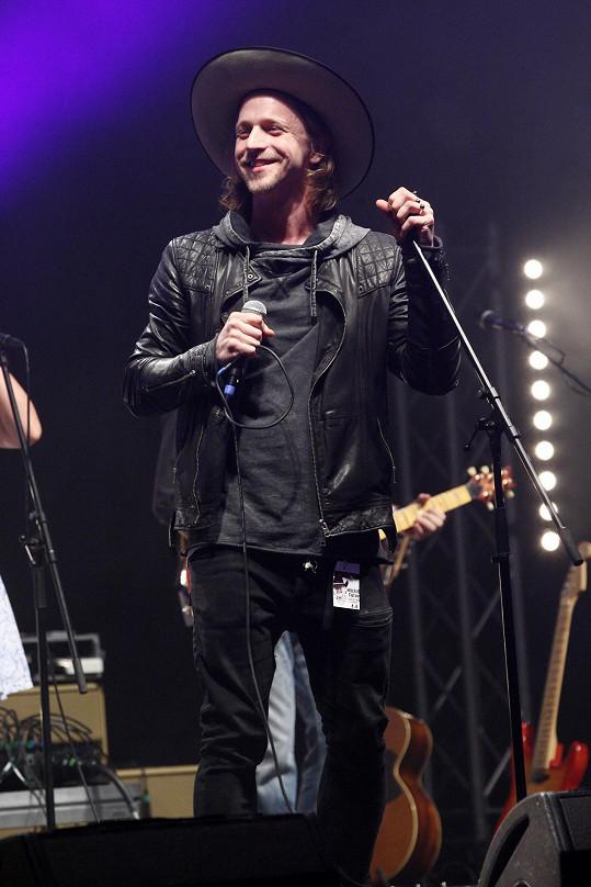 Klus zazpíval hity Michala Tučného.