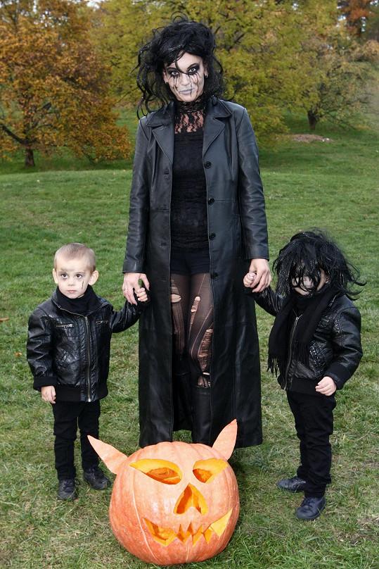 Z dospělých dorazila v kostýmu jen Daniela Révai, která se sladila se svými dvojčátky.