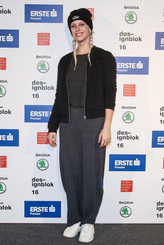 Violoncellistka a modelka Terezie Kovalová a její outfit inspirovaný ulicí