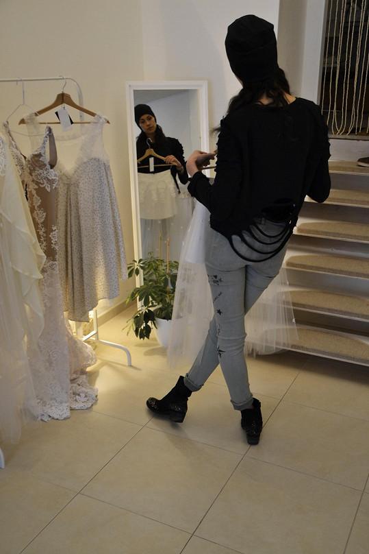 Před oltář nakráčí modelka už za pár týdnů. Na výběr svatebních šatů je tedy nejvyšší čas.