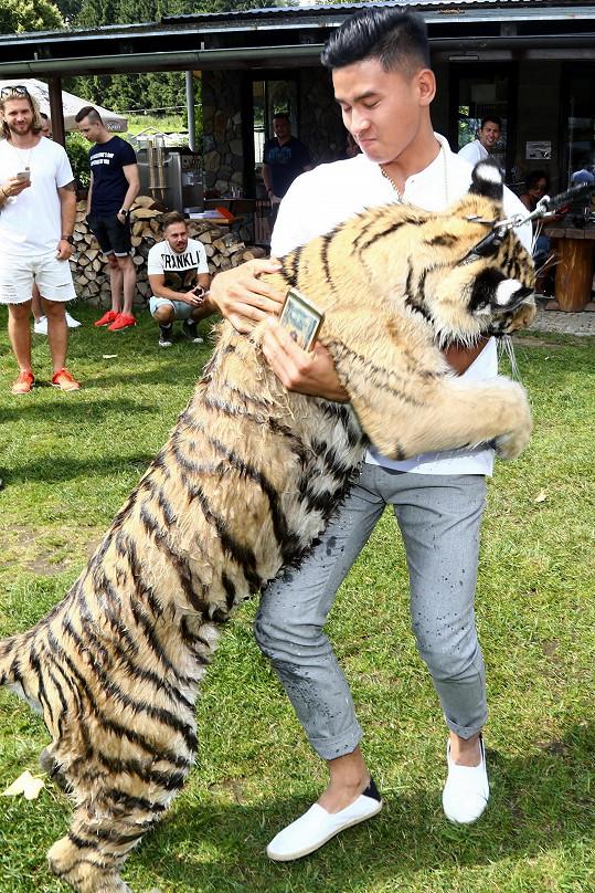"""Vietnamský """"Tomáš"""" měl ale při focení selfie smůlu, protože si mladá tygřic chtěla hrát."""