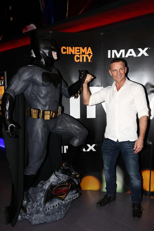 Martin Maxa pózoval s Batmanem. On sám si potrpí na vypracované tělo.