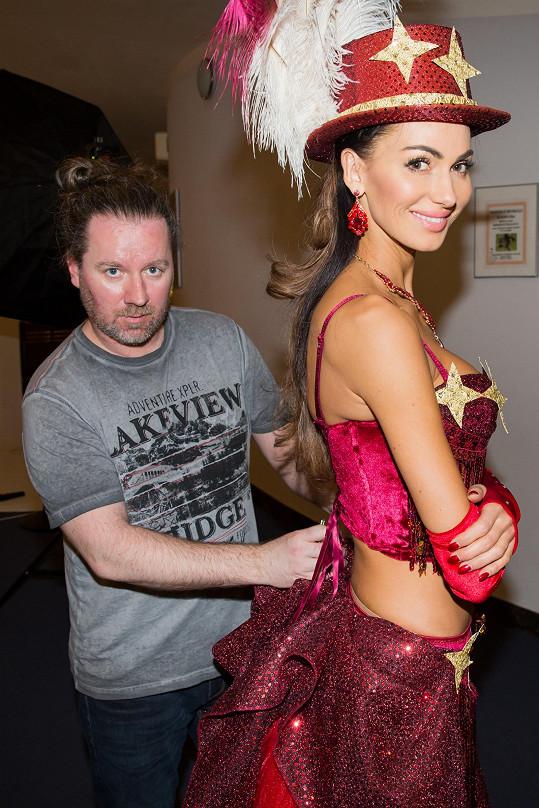 Modelka s kostýmním výtvarníkem Romanem Šolcem