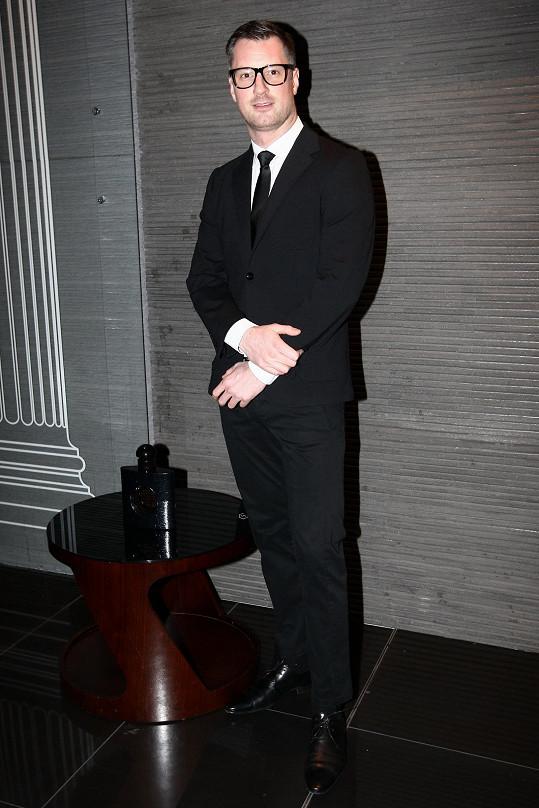 Petr Vágner asi nečetl pozvánku, myslel si, že se má obléknout jako tvůrce parfému Yves Saint Laurent.