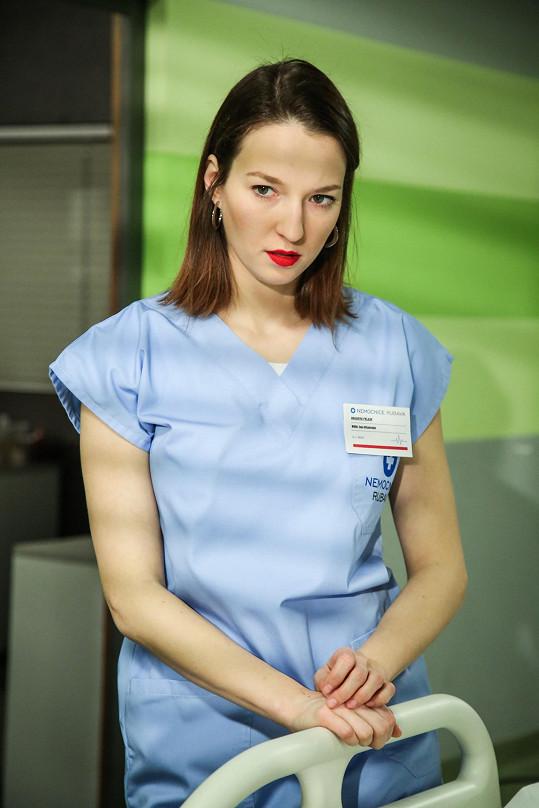 Zahraje si cílevědomou lékařku.