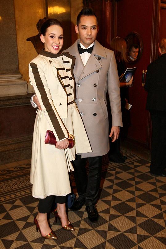 Do Národního divadla dorazila herečka v doprovodu kamaráda Jana Karáska.