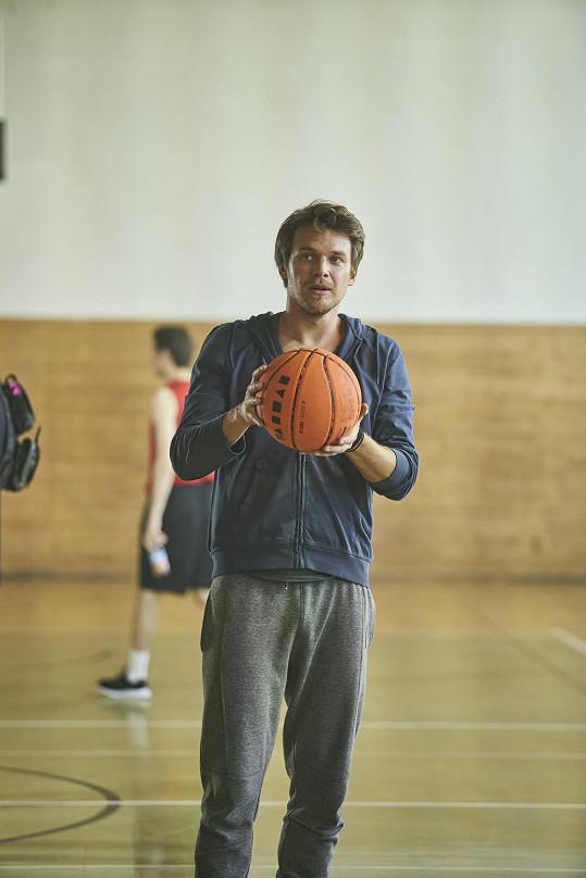 Vojta Dyk hraje učitele fyziky, chemie a tělocviku.