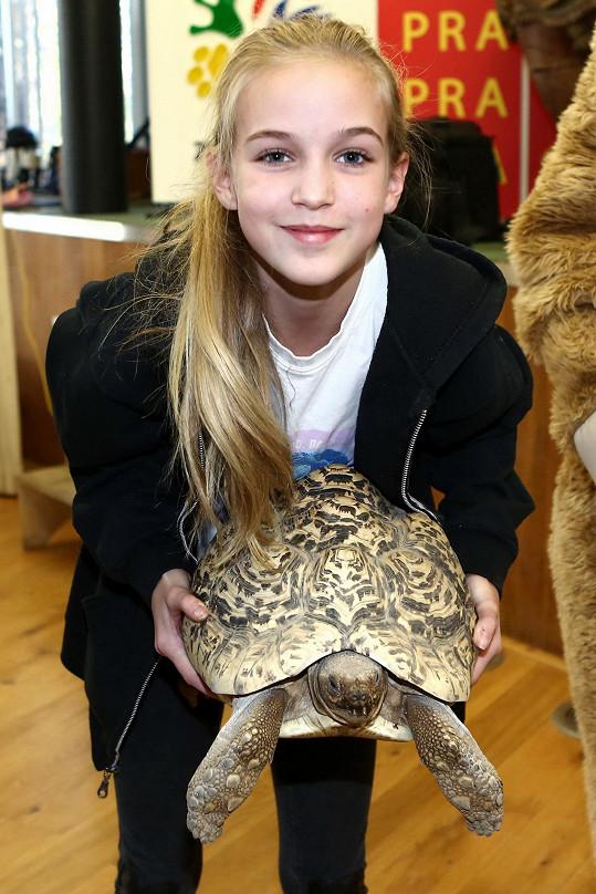 Dcera Lucie Zedníčkové se mazlila s želvou.