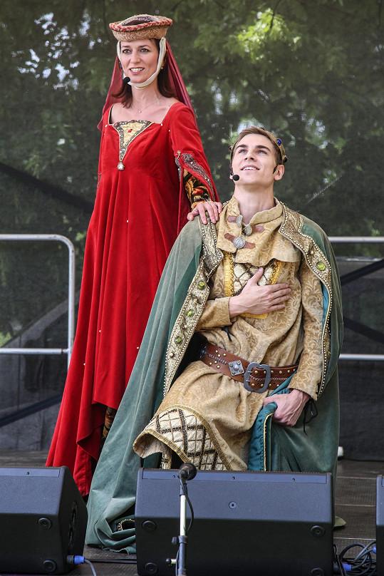 Adéla se převlékla za matku Karla IV.