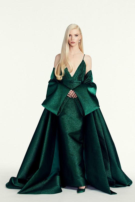 Anya Taylor-Joy v skvostné róbě Dior. Vlasový styling byl inspirovaný modelkou Jerry Hall.