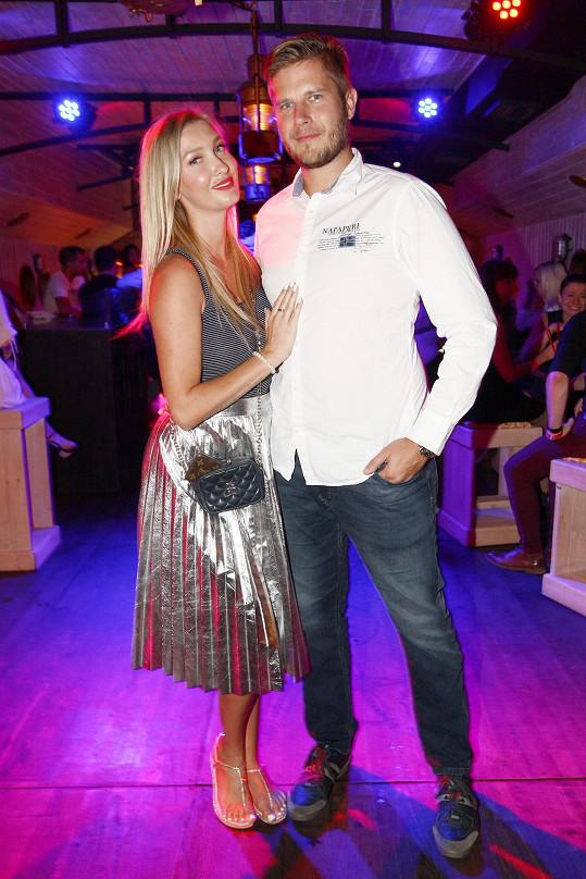 Dominika je s přítelem Petrem šťastná.