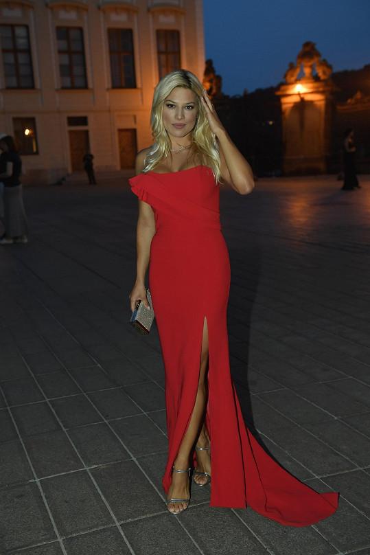 V elegantních červených šatech vypadala Eva nádherně.
