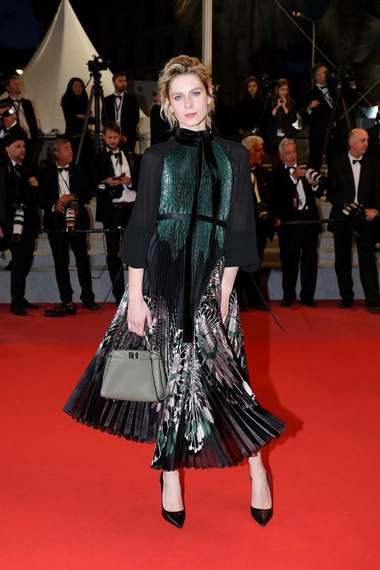 Na premiéru filmu Dogman zvolila herečka Elena Radonicich plisované midišaty se sametovými detaily z kolekce Prefall 2018 a zelenou kabelku Selleria Mini Peekaboo. Vše od Fendi.