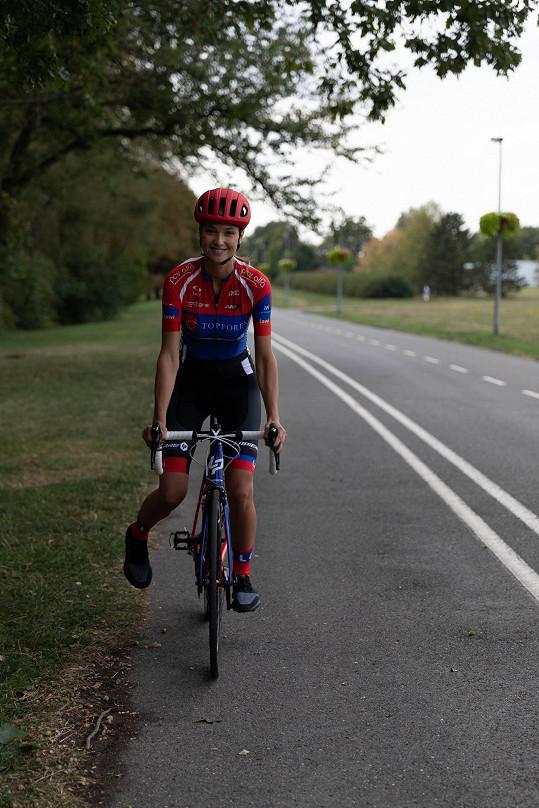 Jezdí desítky kilometrů na kole.