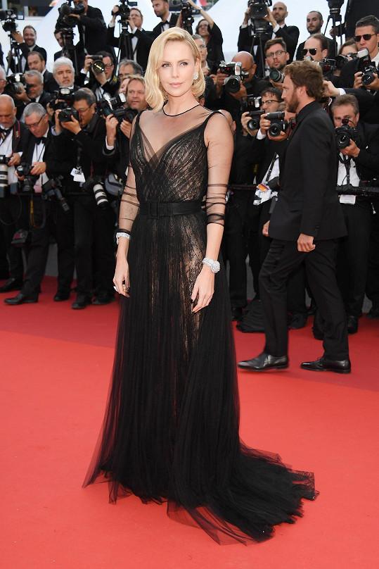Černý mušelín šatů Dior, jež vynesla Charlize Theron, dramaticky překrýval jednu vrstvu šatů přes druhou a diamanty na robustních špercích se pod ostrým sluníčkem nepřehlédnutelně třpytily.