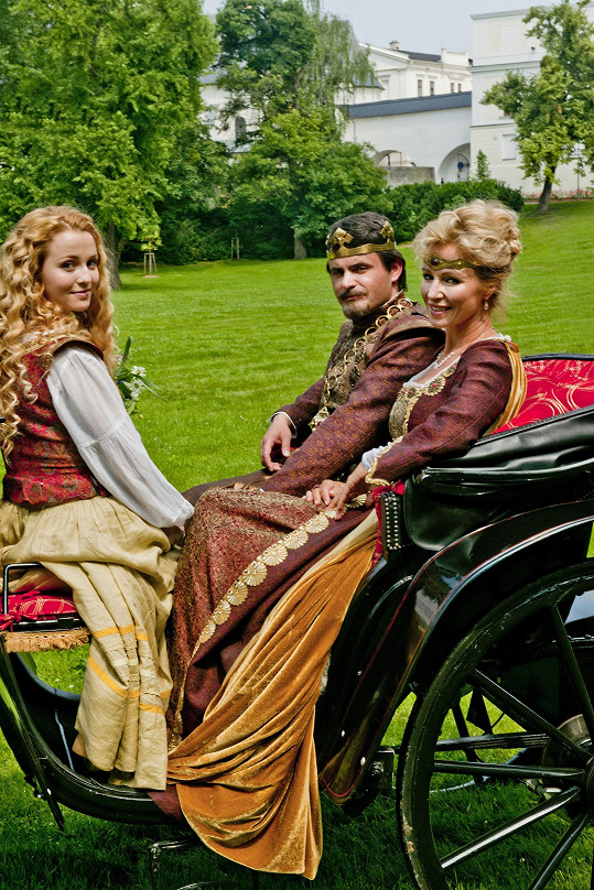 Na koně Brožovou nepustili, projela se aspoň kočárem.