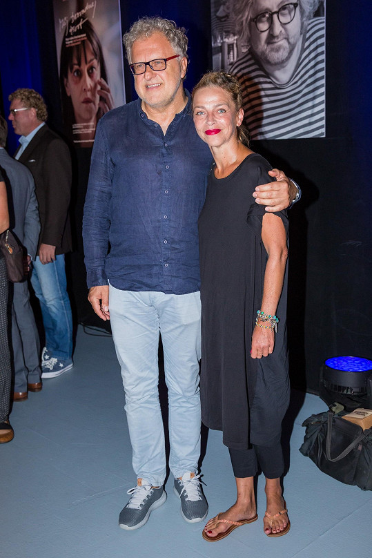 Lucie s režisérem seriálu Princip slasti Dariuszem Jablońskim.