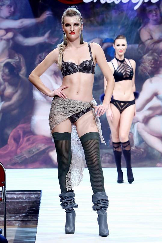 I dvanáct let po účasti v soutěži krásy se odváží předvádět prádlo.