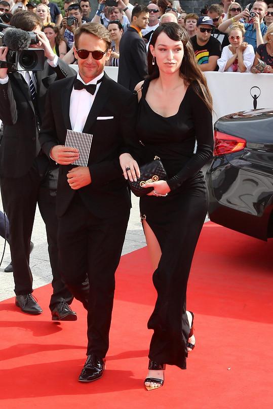 Režisér Slávek Horák obsadil i svou partnerku Vandu Jandu.