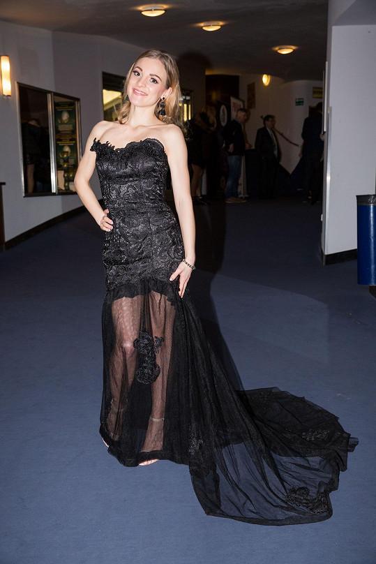 Zpěvačka Nikola Ďuricová byla ve svůdných krajkových šatech.