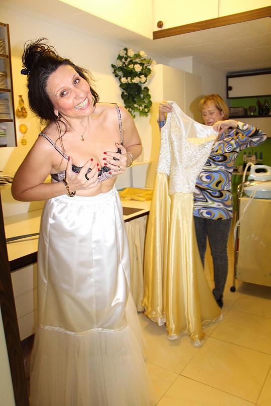 Při zkoušce šatů zpěvačka ukázala, jakou nosí podprsenku.