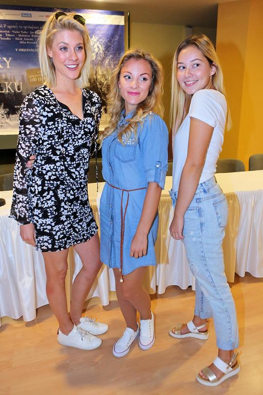 Popelky jsou tři. Kromě Sabiny ještě Kateřina Klausová (vlevo) a Nikola Ďuricová.
