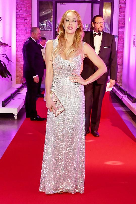Oblékla šaty od návrhářky Mirky Horké a šperky Boucheron za dva a půl milionu.