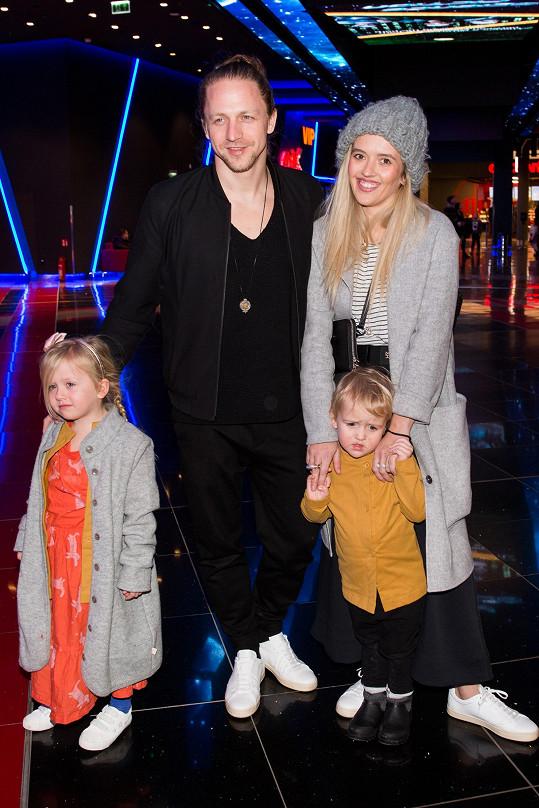Tomáš Klus s manželkou Tamarou a dětmi
