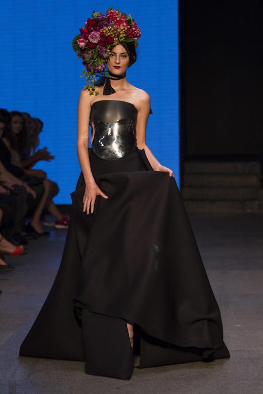 Česká sochařka módy připravila speciálně pro Mercedes-Benz Prague Fashion Weekend mini kolekci, kterou nazvala GAIA. V ní upozorňuje kovovými prvky – masivními kovovými šperky.