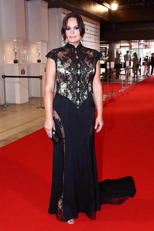 Díky použité španělské krajce působí Jitka Čvančarová v modelu od návrhářky Natali Ruden velmi svůdně a rafinovaně, zlatá podšívka na druhou stranu dodává modelu cudnost a noblesu. Tohle je přesně ten typ šatů, ve kterých může herečka prodat svou živočišnou krásu.