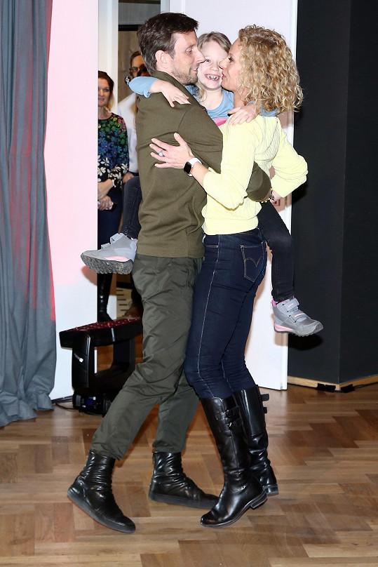 Na otevření tanečního studia předvedli tanec ve třech.