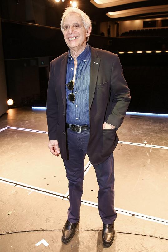 Sako a košili po premiéře obléknul také herec a zpěvák Josef Laufer.