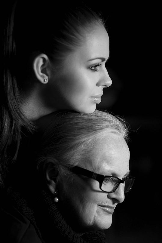 Mezi portréty nechybí ani maminka autorky s její neteří.