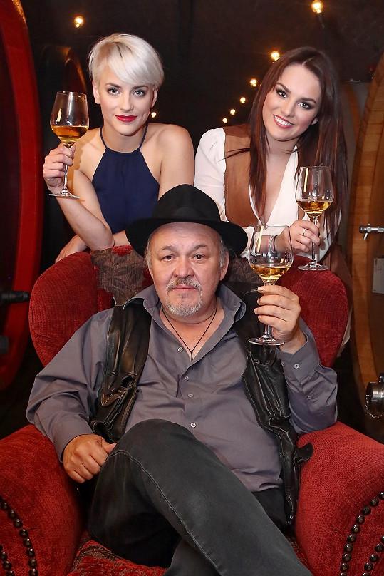 Novou píseň k Vinařům nazpívali František Segrado, Ewa Farna a Johana Freywaldová.
