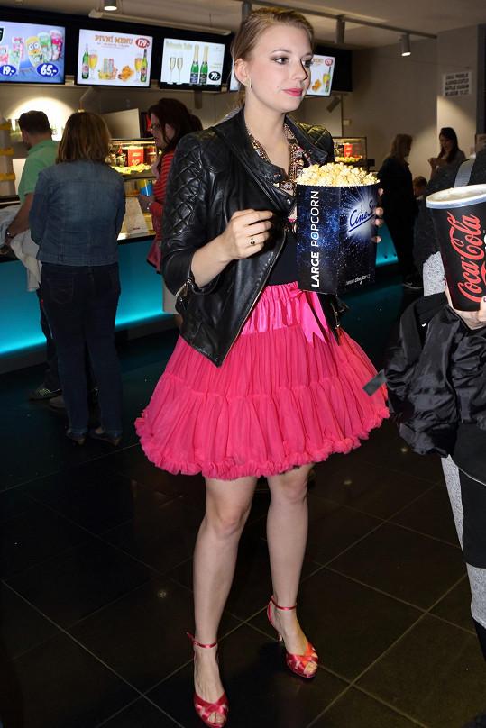 Malvína Pachlová, známá s filmu Raluca, ve výrazné nabírané neonové sukénce.